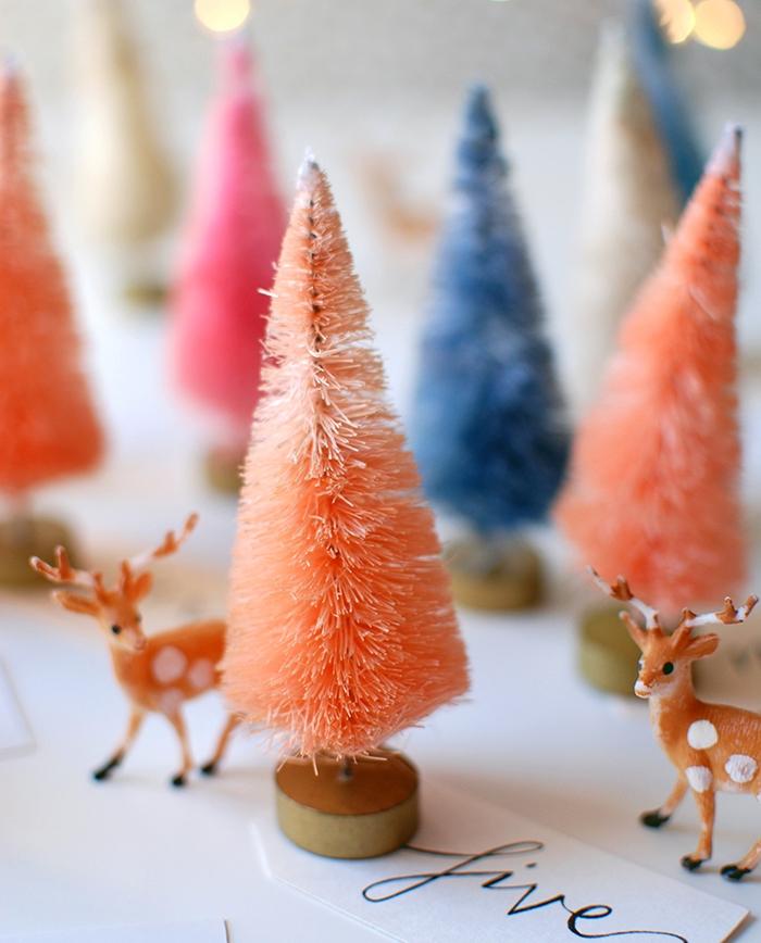 petits sapins de noel décoratifs avec des figurines de cerfs et biches et des étiquettes avec chiffres écrites en lettres, calendrier de l avent maison