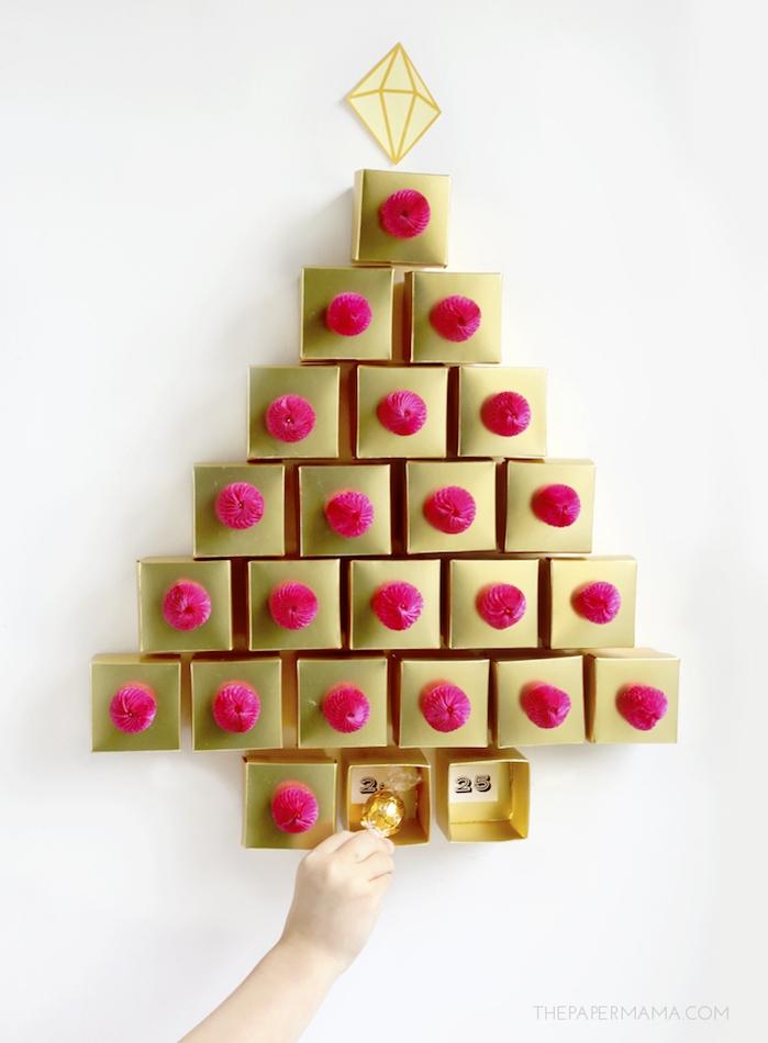 calendrier de l avent à faire soi même avec des boîtes dorées décorées de pompons rose avec de petits bonbons à l intérieur