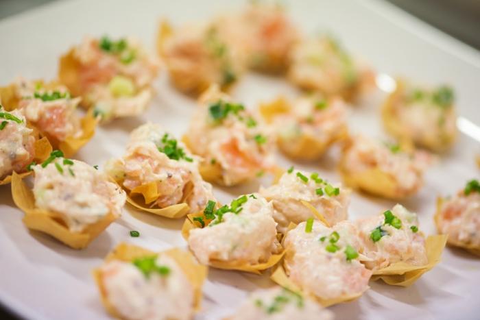 canapé mignon saumon fumé et ricotta, assiette de présentation blanche, mélange délicieux de saumon fumé et fromage à la crème