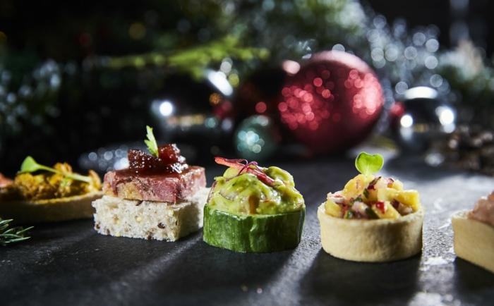 boules de noel, déco festive, canape aperitif de noel, découpes de pain garnies de mélanges gouteux
