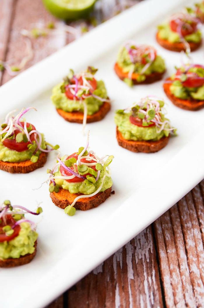 rondelles de papate douce avec topping d avocat, tomates et salade en top, plateau idee repas enfant simple et sain