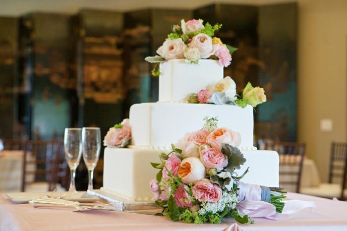 Gateau d anniversaire garçon, le plus beau gâteau du monde photo inspiration, blanche gateau géante décoré de fleurs fraiches