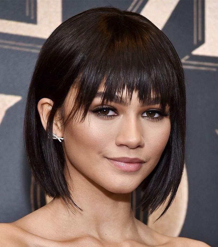 coupe de cheveux mi-longs en carré dégradé avec frange effilée, exemple de coupe de cheveux tendance 2018 femme