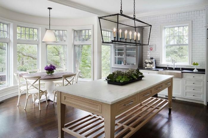 modèle de cuisine blanche avec meubles en bois, photo cuisine avec îlot en bois et marbre, crédence cuisine carrelage blanc