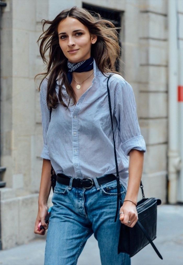 porter un foulard façon choker, look casual chic en jeans et chemise avec accessoires noires, exemple comment nouer un foulard