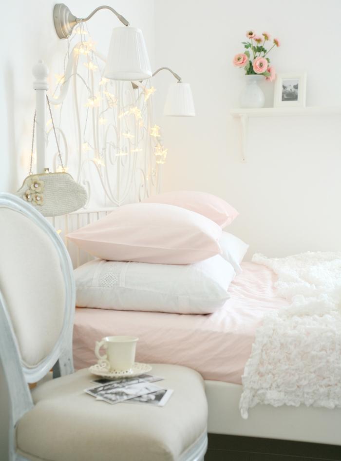 deco shabby chic chambre à coucher avec tete de lit lumineuse, linge maison rose et blanc, chaise vintage recup, étagère bois blanchie