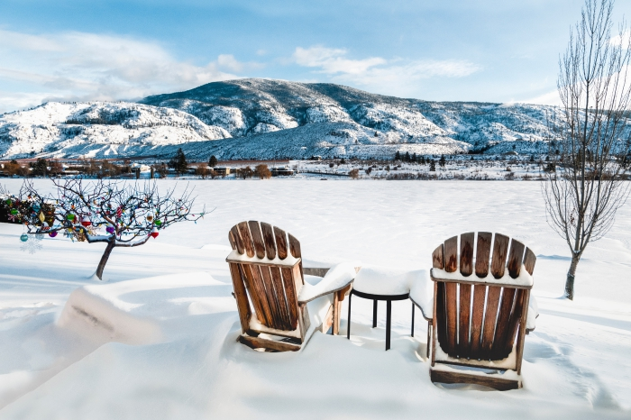 paysage de neige à télécharger pour fond d'écran pc, photo de la nature en hiver avec deux chaises de bois et vue vers les montagnes