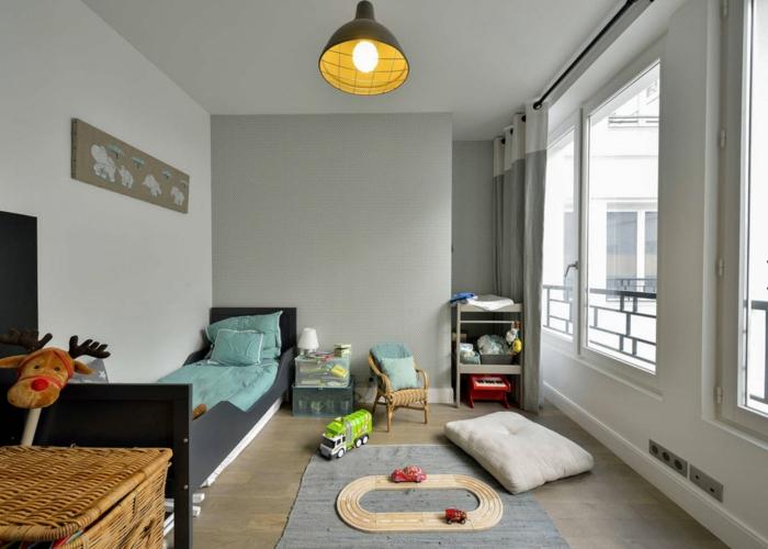 comment aménager la petite chambre enfant, lampe industrielle, grand panier à jouets, lit près du mur et grande fenêtre