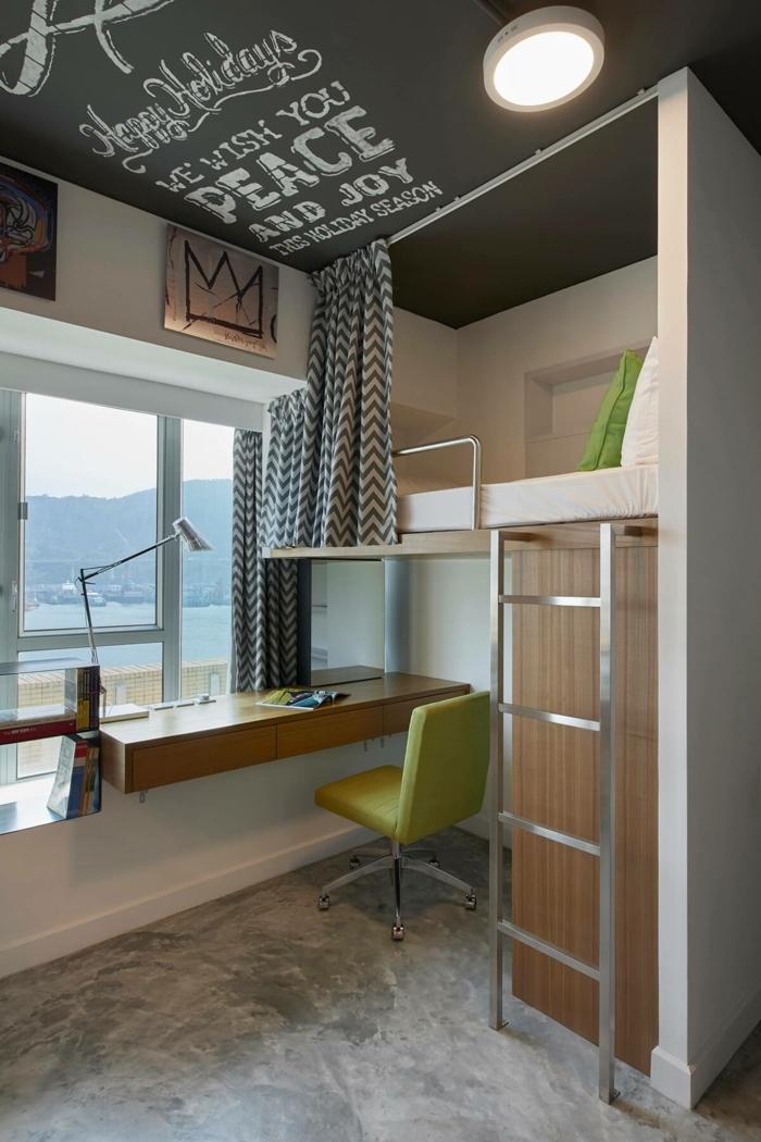 lit en hauteur et bureau suspendu à la fenêtre dans une chambre d'enfant créative, chaise pivotante