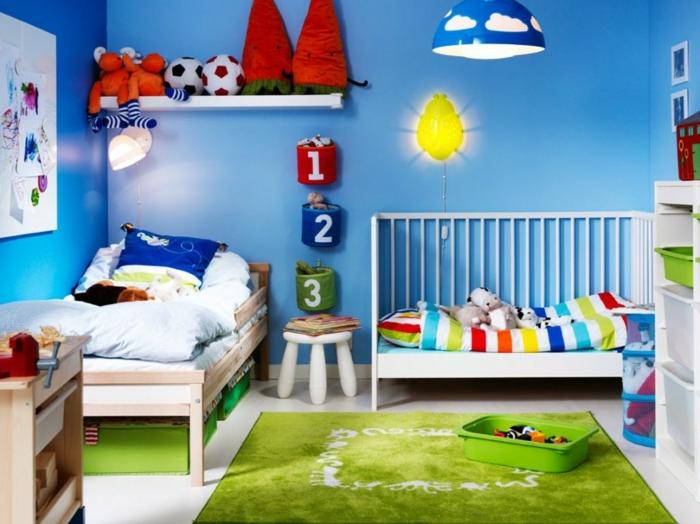 tapis vert, lit enfant, coussin bleu, étagère blanche, peinture murale bleue, plafonnier bleu à nuages