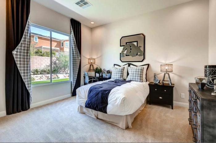 chambre d'ado garçon, meubles en bois foncé, rideaux carrés, grande commode vintage, peinture murale rose pastel