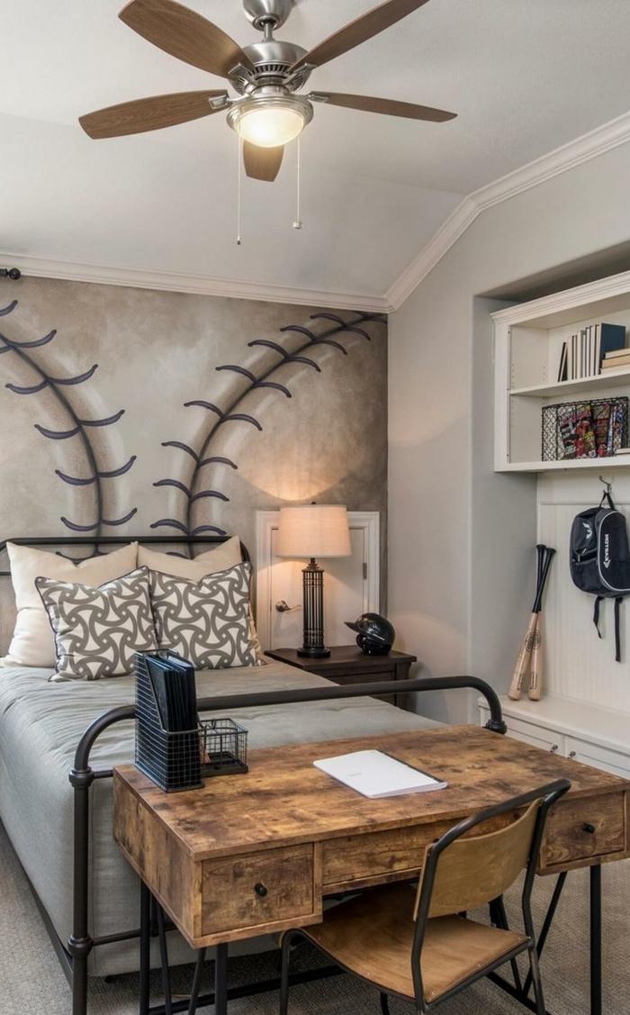 aménagement de chambre enfant vintage, bureau en bois, lampe ventilateur, coussins géométriques, étagère blanche, mur motif boule de baseball