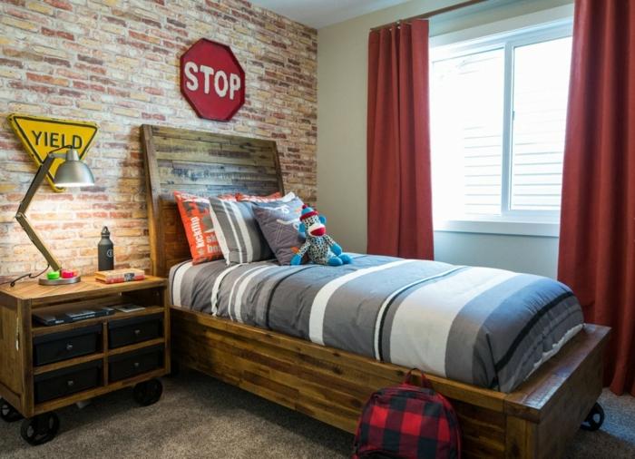 chambre de garçon style industriel, chevet sur roues, lit en bois, rideaux rouges, mur en briques