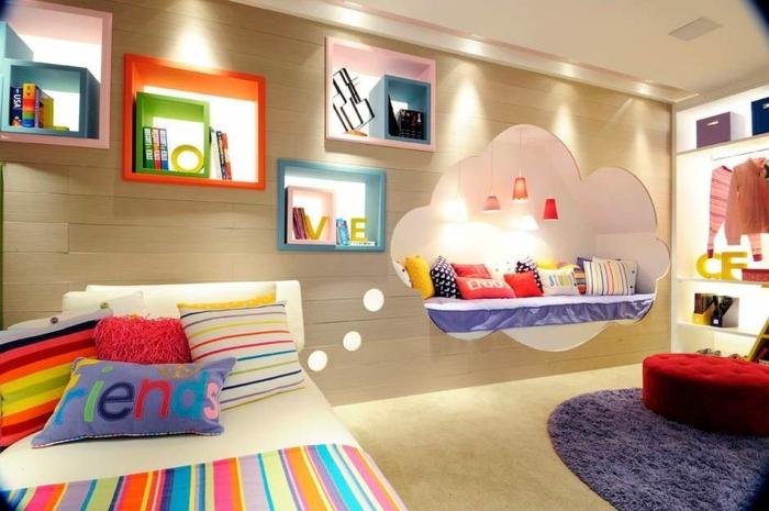 chambre pour fille, lit rayé, coussins rayés couleurs joyeuses, étagères murales créatives, niche de lit, tapis bleu rond