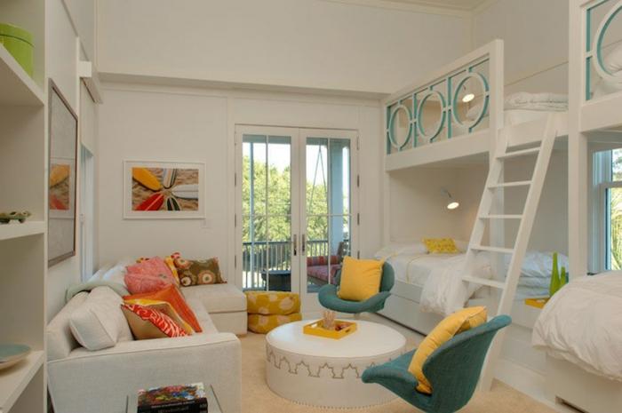 chambre enfant blanche, table basse, fauteuils bleus, sofas blancs, lit mezzanine avec échelle
