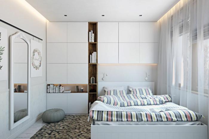 jolie chambre d'enfant, draps de lit rayures, miroir cadre blanc, petit coussin de sol, voilages blancs