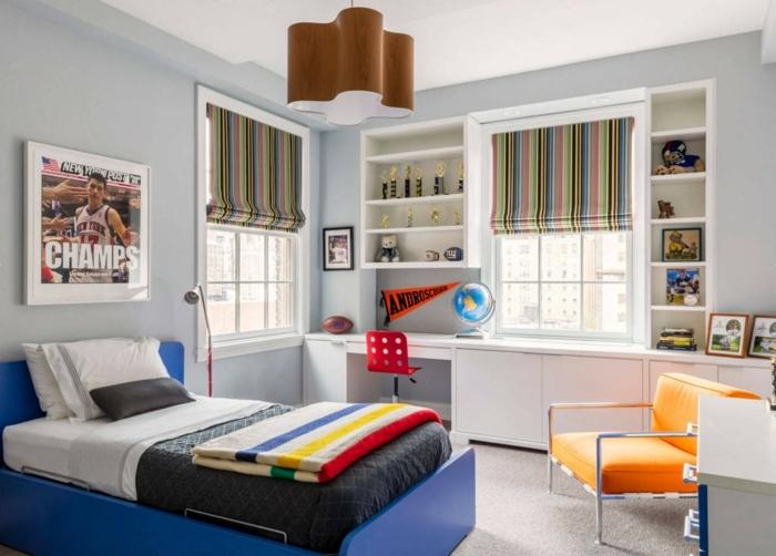 grand lit au cadre bleu, fauteuil orange, bureau avec rangement blanc, photo de sport, rideaux bateaux