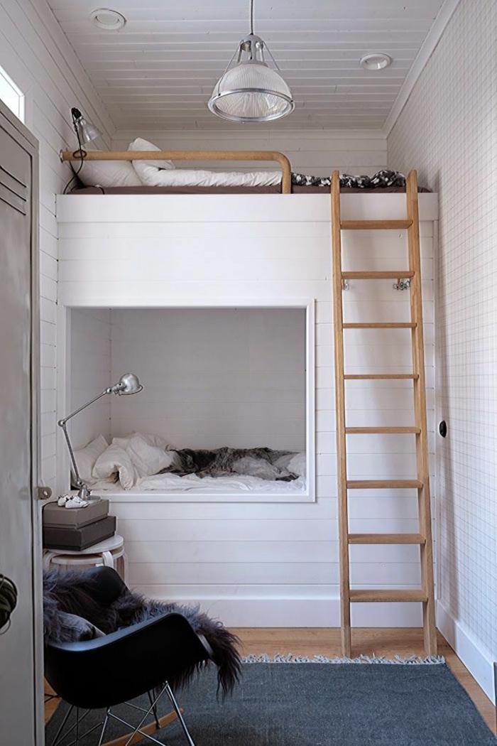 lit mezzanine et échelle en bois, lampe industrielle, tapis vert, chaise en bois et plastique, aménagement de petite chambre enfant