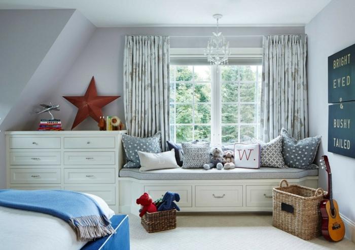paniers tressés, coussins gris, lit avec rangement sous une grande fenêtre blanche, murs gris