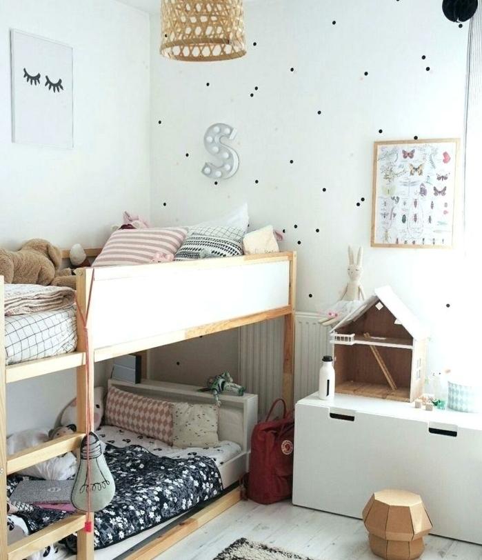 lits superposés, plafonnier tressé, mur blanc pointillé, cadre peinture, décoration scandinave