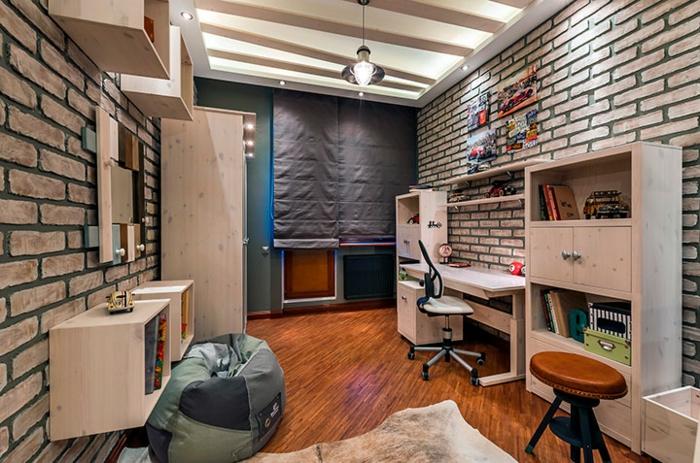 bibliothèque en bois blanc, pouf moelleux, tabouret design industriel, sol en bois foncé, peau d'animal, papier peint briques