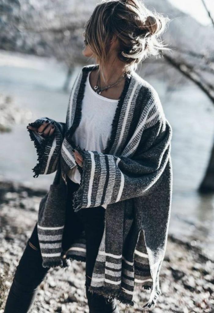 Quelle est la meilleure tenue boheme chic, style boheme chic, tendance 2019 jean et gilet grosse maille, tee shirt blanche jean noir style simple tendance bohème chic