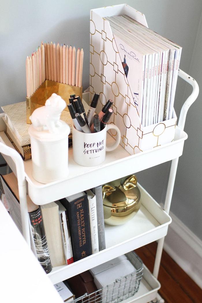 chariot room service, idée recyclage pour réaliser une table de service originale, rangement multifonction, magazines, fournitures de bureau, maquillage, livres et decorations