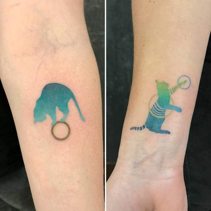 Inspiration tatouage soeurs, chats deux designs pour deux amies ou pour soeurs, tatouage avant bras cool idée quoi se tatouer