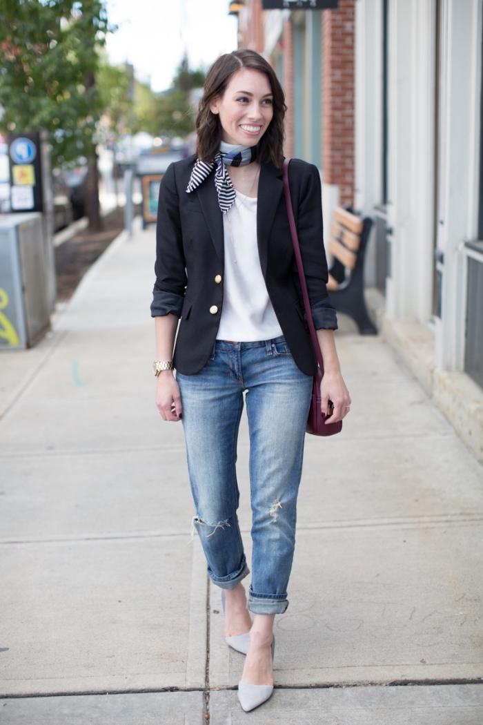 look casual smart en jeans clairs et blazer noir avec accessoire original, nouer une écharpe ou un foulard autour du cou