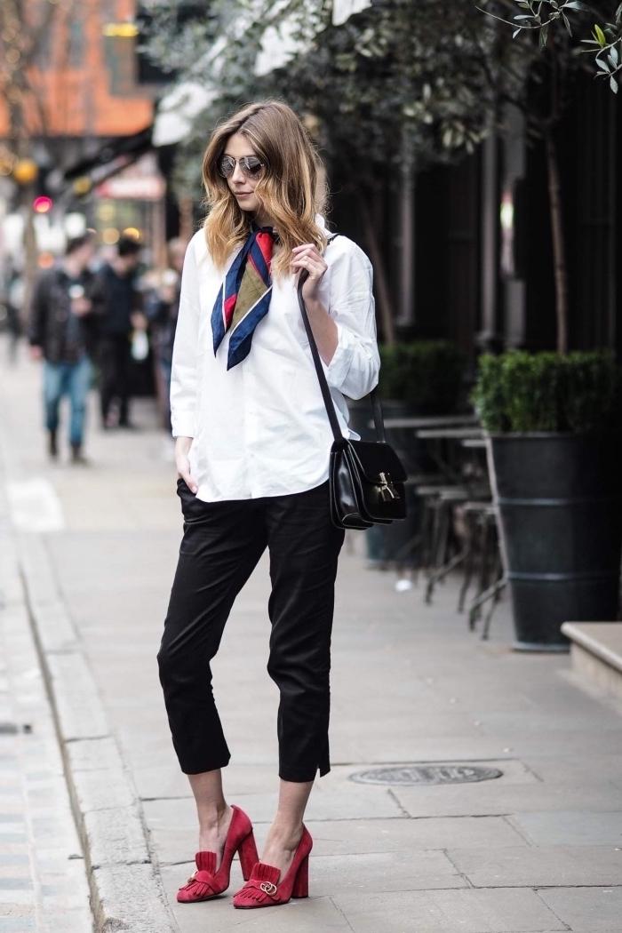 idée comment s'habiller au boulot, style vestimentaire femme au travail en pantalon noir et chemise blanche avec foulard carré