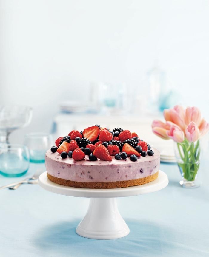recette cheesecake philadelphia aux fruits rouges sans besoin de cuisson, avec une base biscuitée croustillante