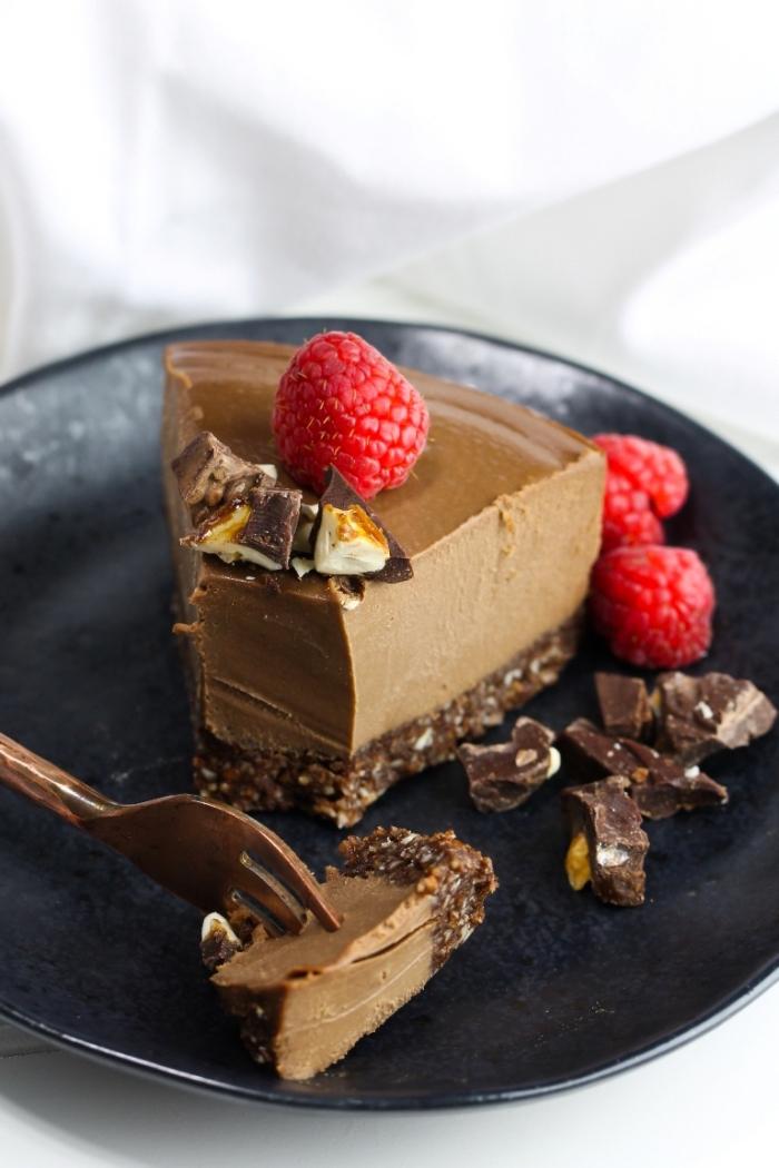 cheesecake vegan sans cuisson sur une base d'amandes,noix et cacao, gateau sans oeuf sans beurre