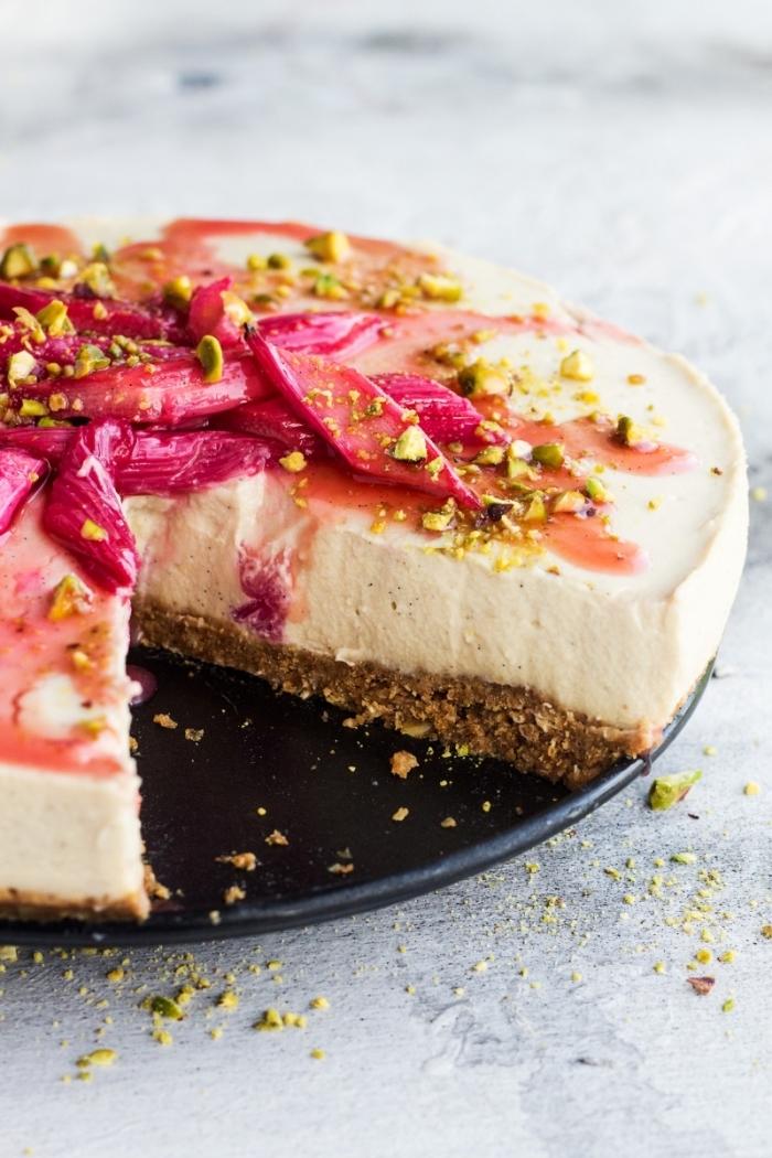 cheesecake sans cuisson au chocolat blanc, à la rhubarbe et gingembre sur une base de biscuits vegan