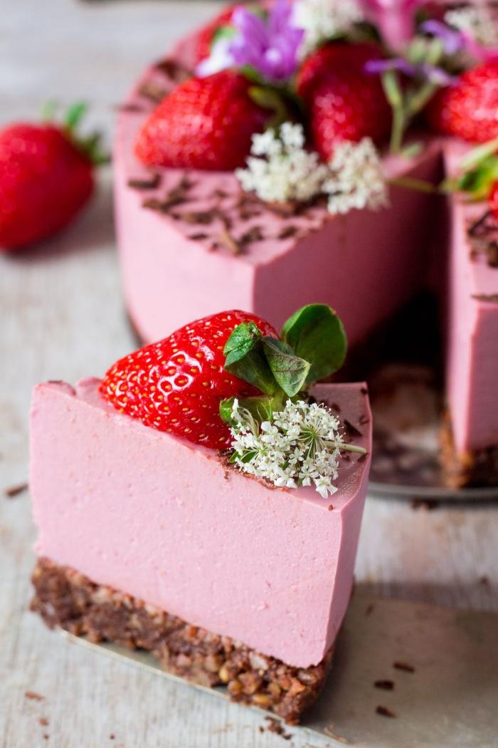 gateau sans lait aux fraises, recette de cheesecake vegan sans cuisson avec une croûte de dattes, amandes et cacao et fromage frais à base de noix de cajou, crème de coco et fraises
