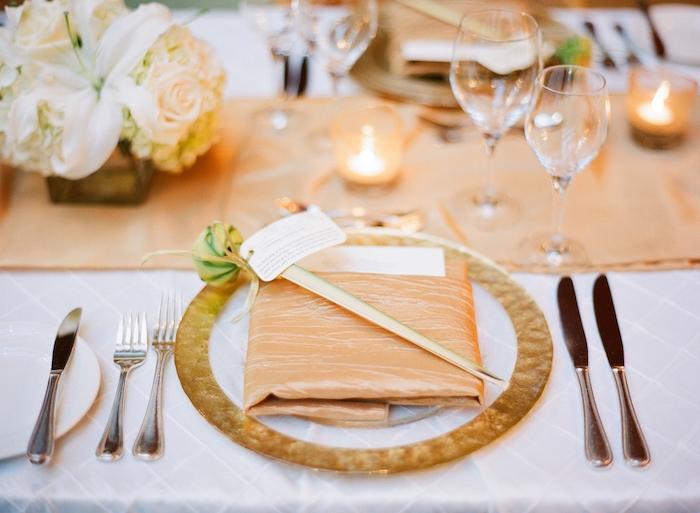 pliage pochette de serviette pour une table mariage originale, chemin de table tissu beige, centre de table fleurs blanches