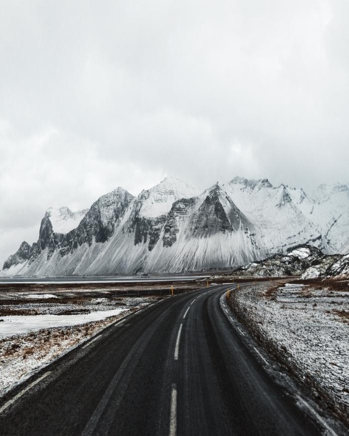 fond ecran paysage hivernal, photo route et champs enneigés, idée verrouillage portable sur le thème neige