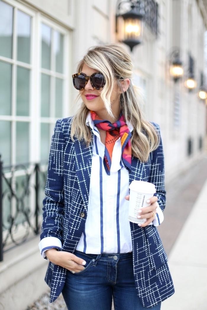 exemple comment mettre un foulard autour du cou, style vestimentaire femme en bleu et blanc avec accessoire multicolore