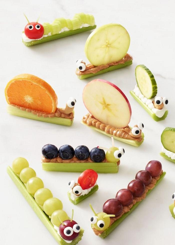 recette originale pour un gouter enfant, chenilles beurre de cacahuètes et fromage à la crème sur céleri avec topping de fruits, recette saine enfant