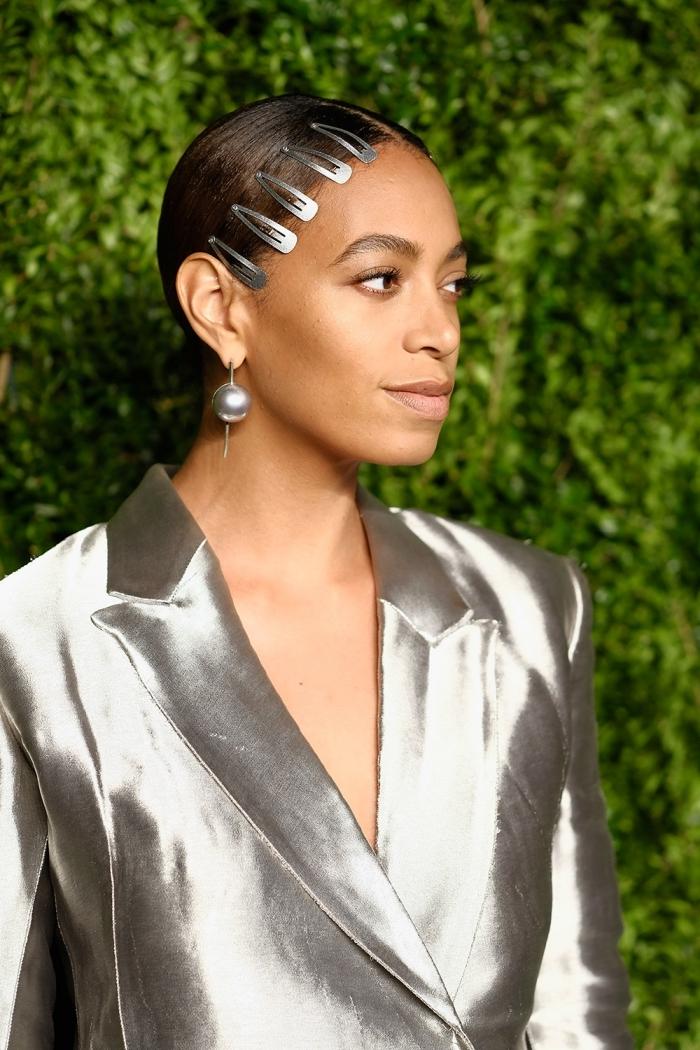idée accessoire de tête pour une coiffure tendance, modèle de coiffure simple et chic aux cheveux attachés en queue de cheval basse