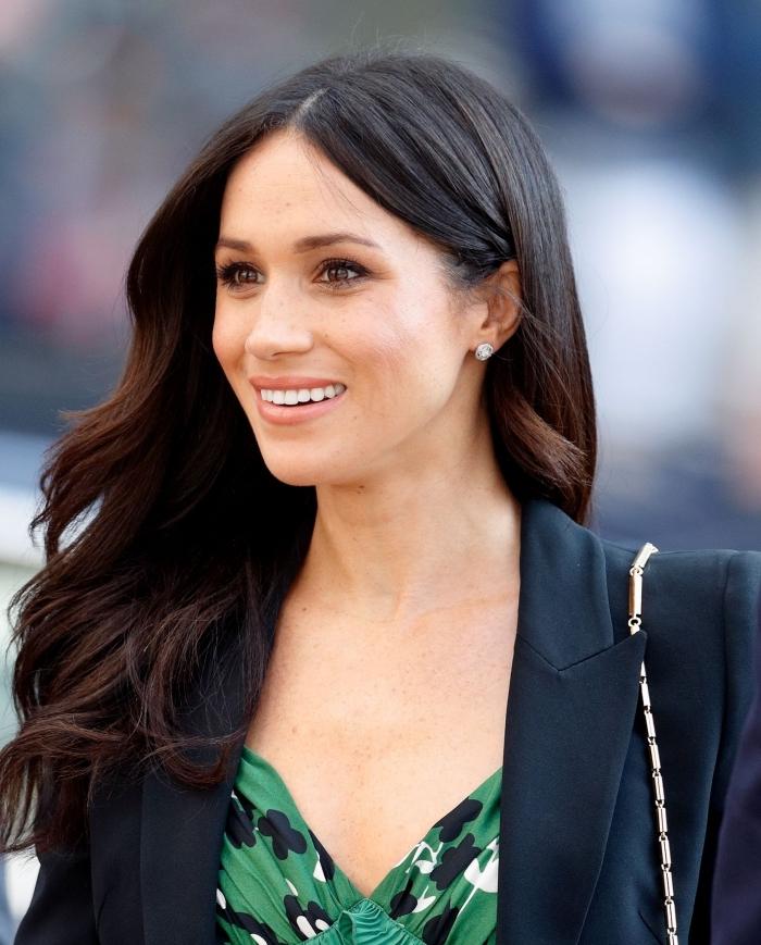 exemple de coiffure célébrité moderne de Meghan Markle aux cheveux longs avec raie au milieu, modele coiffure femme