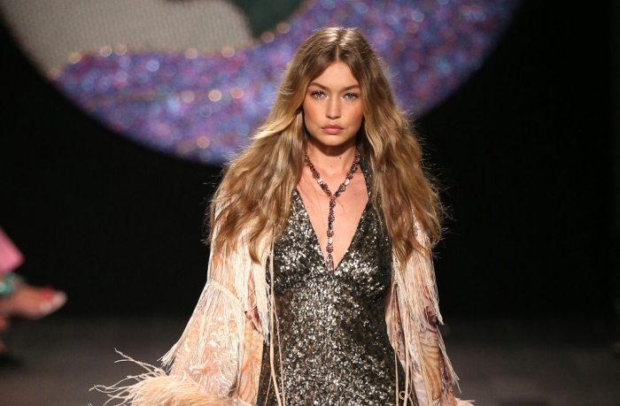 coiffure de cheveux tendance naturelle avec boucles légères à effet wavy, idée coiffure tendance de Gigi Hadid