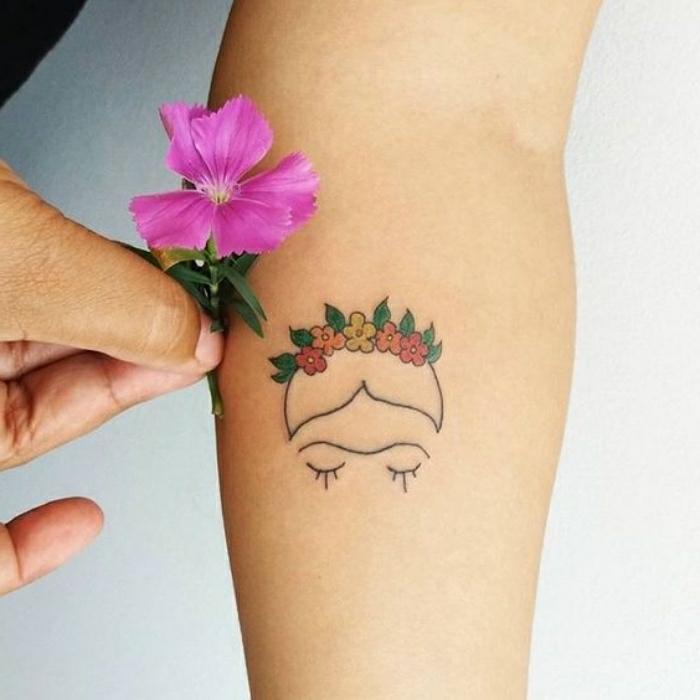 Tatouage minimaliste, tatouage avant bras, image de tatouage originale, tatouage frida kalo avec couronne de fleurs