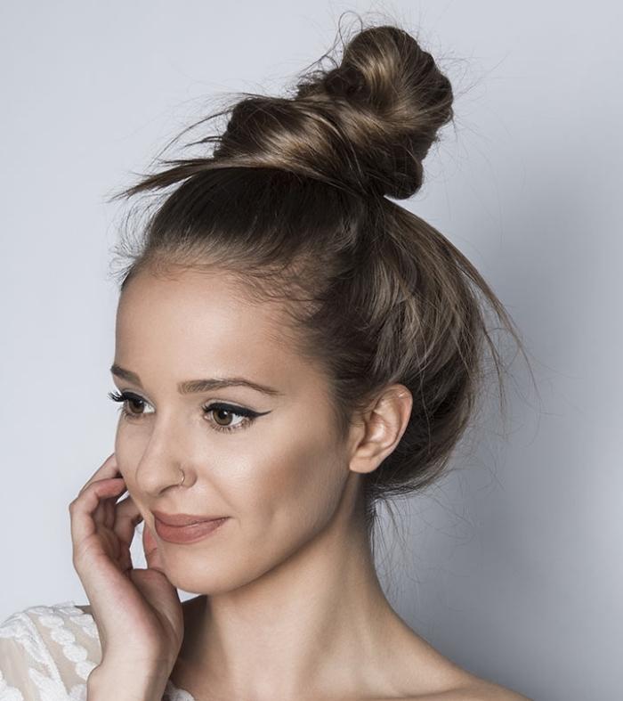idée coiffure simple et facile à réaliser, modèle de messy bun, exemple chignon haut pour un look négligé et chic