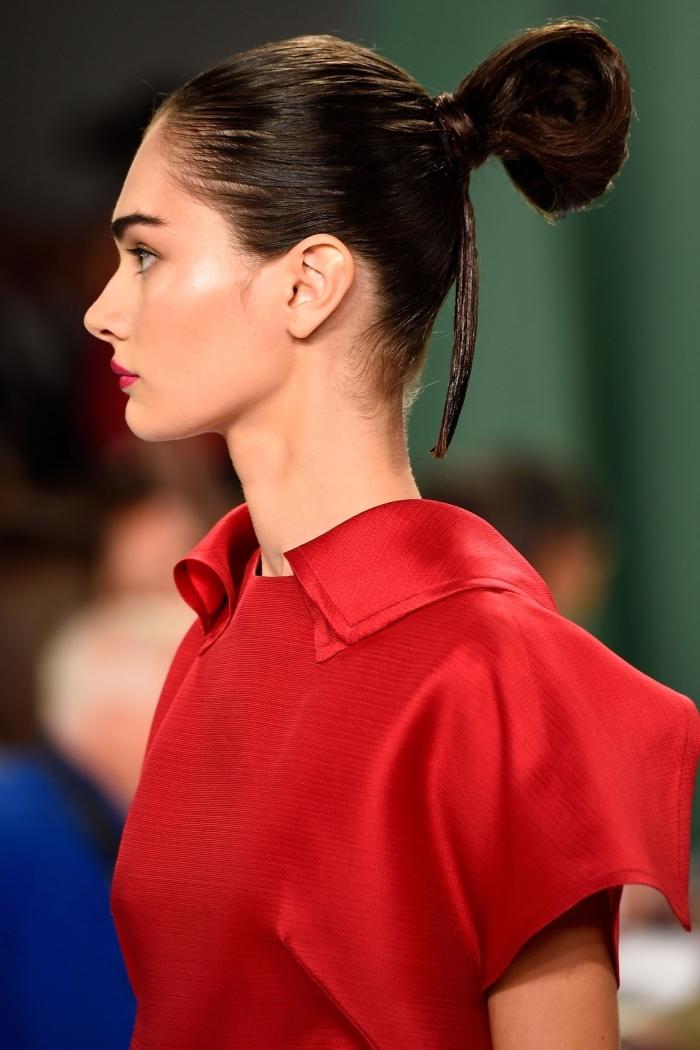 idée pour une coiffure chic et glamour à effet cheveux faussement mouillés, coiffure femme 2018 aux cheveux attachés