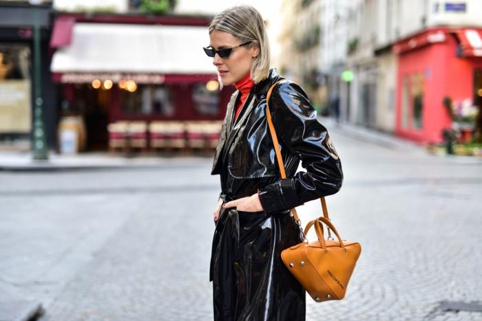 jeune femme au manteau noir, sac jaune, pull col montant, lunettes de soleil, style d'hiver