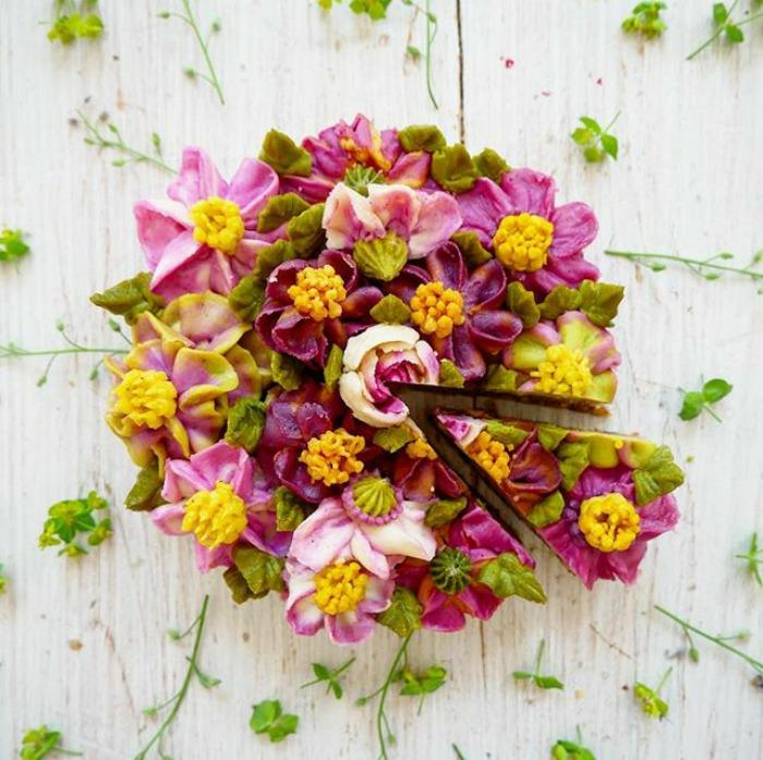 Idée gateau anniversaire original, gateau anniversaire simple et beau, les plus beaux gateaux, création de ganache, pate a sucre et creme irlandais, gateau couverte de fleurs crème de beurre
