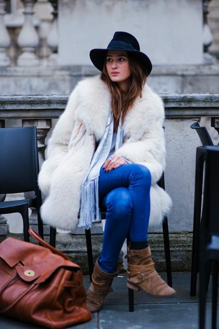 Jean et manteau fausse fourrure blanche boheme, style boheme chic femme hiver, tenue boheme chic moderne tenue avec bottines