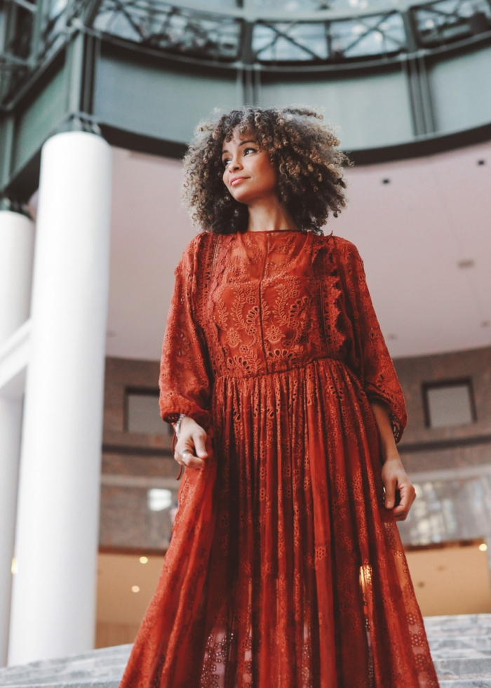 Comment porter le pull grosse maille femme quel pull porter avec une jupe, femme robe bohème chic, robe longue manche longue à couleur orange, femme cheveux crépus