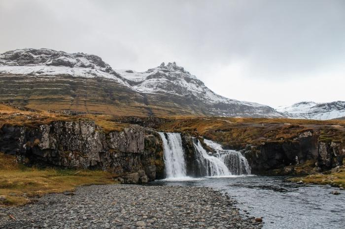 joli paysage de neige dans la nature sauvage, photo avec chute d'eau et sommets enneigées, idée wallpaper hiver