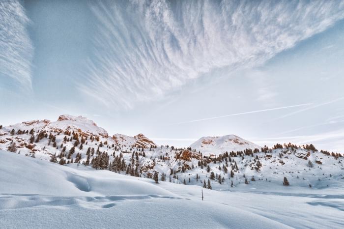 belle photo d'un paysage hivernale dans les montagnes, paysage enneigé avec arbres conifères et ciel nuageux